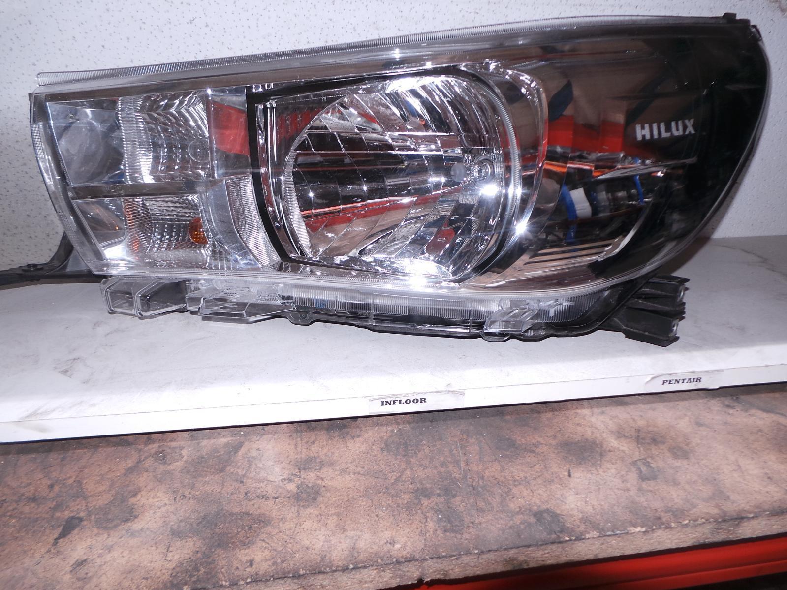 TOYOTA HILUX, Left Headlamp, HALOGEN TYPE, 09/15-